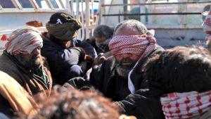 Män som flytt från Baghuz den 30 januari och som då gripits av SDF misstänkta för att ha varit IS-krigare.