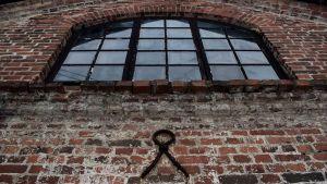 En tegelvägg, gaveln av ett gammalt hus i Dalsbruk.