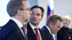Kai Mykkänen på en presskonferens om hur regeringen vill förebygga sexualbrott