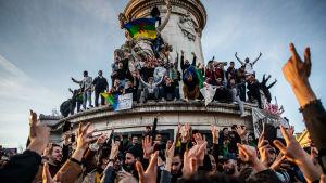 Algerier bosatta i Frankrike demonstrerar för att visa solidaritet med sina demonstrerande fransmän.