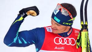 Aleksej Poltoranin ser på sin biceps.