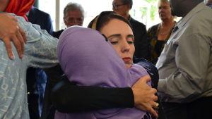 Premiärminister Jacinda Ardern mötte anhöriga och vänner till offren i Christchurch på lördagen.