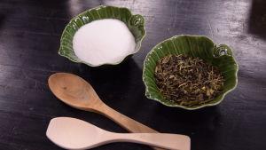 Sokeria ja teetä kahdessa pienessä kulhossa.
