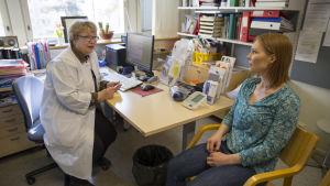 Ylilääkäri Liisa Grönhagenin vastaanotolla on Elina Hallamaa.