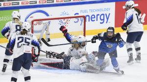 Elisa Holopainen gör mål mot USA.