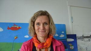En Lärare står vid en vägg