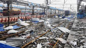 Takplåt och annat bråte täckte spåren på järnvägsstationen i Puri på lördagen.