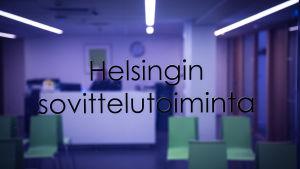 Näkymä Helsingin sovittelutoiminnan toimiston aulaan lasioven takaa.