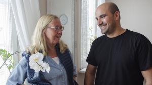 invandrare ler mot finländsk stödmamma