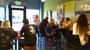 Stand up -esitys pienessä kahvilassa. Paikalla kourallinen kuulijoita.