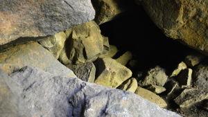 en skymt inne i grottan, verkar mörk och kantig av stenarna.
