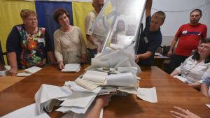 Rösträkning påbörjas i en vallkola i Kiev efter parlamentsvalet 2019.