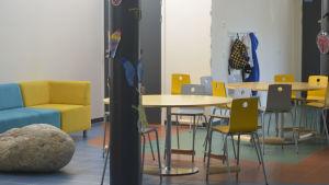 Eftislokal i Nordsjös lågstadieskola. Färgglada stolar runt bord och en soffa längs väggen.