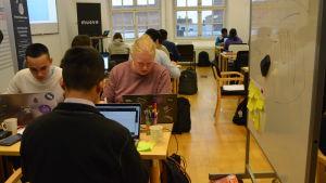 Studerande vid datorer.