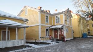 Gula trähus i Ekenäs.