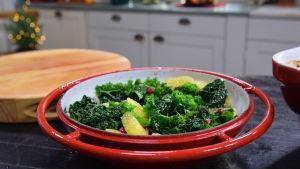 Kulhollinen valmista viherkaalisalaattia keittiössä