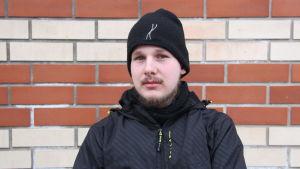 Porträttbild av Patrik Saari.