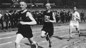 Paavo Nurmi, Oskari Rissanen och Elias Katz springer på Djurgårdens plan i Helsingfors 1920.