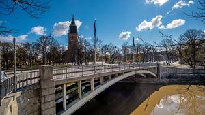 Dombron i Åbo med Åbo domkyrka i bakgrunden.