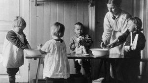 Handtvätt på daghemmet Fylgia år 1919.