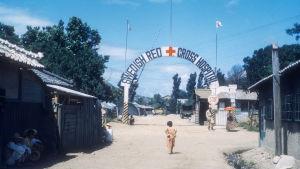 Pieni tyttö kävelee kohti ruotsalaista Punainen risti -sairaalaa Koreassa.