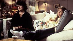 Becky (Rosie O'Donnell) och Annie (Meg Ryan) sitter i soffan och ser om filmen An affair to remember.