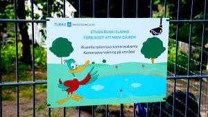"""Skylt med texten """"förbjudet att mata djuren"""" i Kuppisparken."""