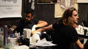 tatuering under arbete