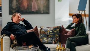 Saska Saarikoski och Ira Hammermann sitter i intervjusoffa.