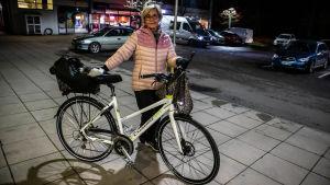 Ulla Pekkala med sin cykel.