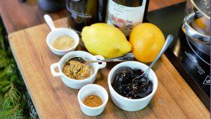 Olika kryddor och citrusfrukter på ett bord