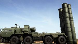 Ett foto på ryska S-400-robotar monterade på en lastbil