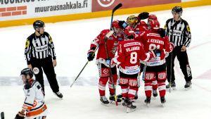 Sport-spelare jublar på isen.