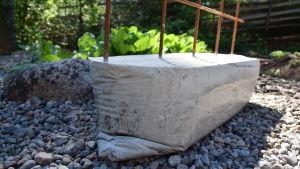 Klätterstödsfot av betong med formen av en säck