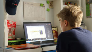 Skolelev framför sin dator