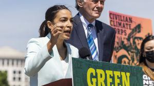 Demokraterna Alexandria Ocasio-Cortez och Edward Markey talar för den klimatpolitiska strategin Green New Deal 20.4.2021