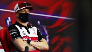 Kimi Räikkönen sitter med armarna i kors på en presskonferens.