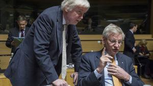 Finlands utrikesminister Erkki Tuomioja diskuterar med Sveriges utrikesminister Carl Bildt under mötet i Luxemburg.