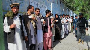 Afghaner köar utanför en vallokal i Helmanprovinsen 14.6.2014