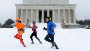 Joggare i USA:s huvudstad Washington passerar Lincolnmonumentet.