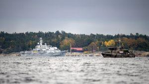 Den svenska minröjaren HMS Kullen och ett vaktfartyg under spaningsinsatsen i Stockholms skärgård.