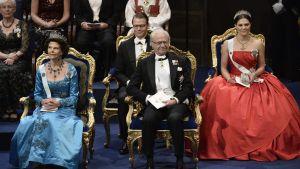 Kung Carl XVI Gustaf, drottning Silvia, prinsessan Victoria och prins Daniel på Nobelmiddagen 2014
