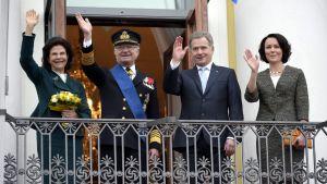 Sveriges kungapar och Finlands presidentpar vinkar till folket.