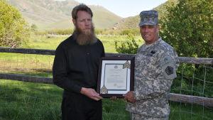 Bowe Bergdahl och Brig. Gen. Rick Mustion 7.6.2014. Bowe Bergdahl frigavs av talibanerna den 31 maj 2014 efter fem års fångenskap i Afghanistan.