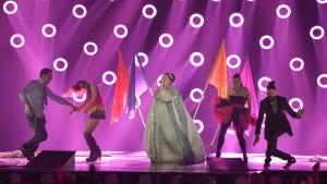 Serbiens Bojana Stamenov rockar loss på Eurovisionsscenen.