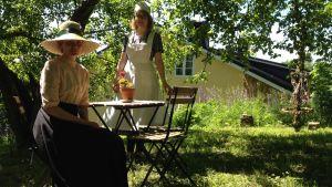 Aurora Uusitupa, museiassistent, och Linda Nylund, sommarjobbare, guidar på Fiskars museum.