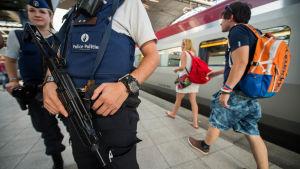 Poliser och passagerare på en järnvägsstation i Bryssel dagen efter att ett terrrodåd avvärjts på ett tåg från Bryssel till Paris.