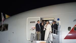 Påven Franciskus vinkar farväl på flygplatsen i Philadelphia den 27 september 2015,