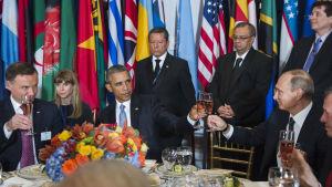 Barack Obama och Vladimir Putin skålar efter tal inför FN:s generalförsamling.