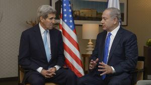 John Kerry och Benjamin Netanyahu diskuterar.